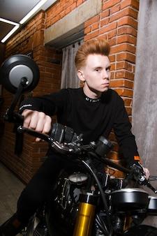 Nastoletni rudy chłopiec na motocyklu, fryzjer fryzjer w sklepie fryzjer