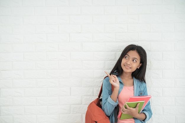 Nastoletni student stojący