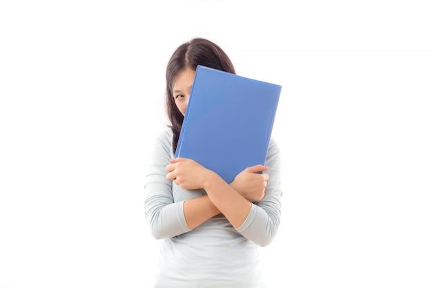 Nastoletni uczeń patrząc papieru tle