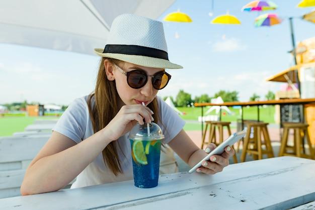 Nastoletnia dziewczyna 16 lat w kapeluszu i okularach przeciwsłonecznych