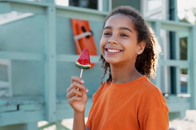 Nastoletnia dziewczyna bawi się latem