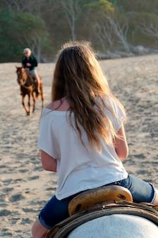 Nastoletnia dziewczyna jedzie konia na plaży, sayulita, nayarit, meksyk