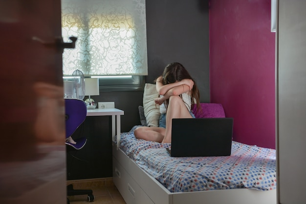 Nastoletnia dziewczyna nie ma przyjaciół. sypialnia
