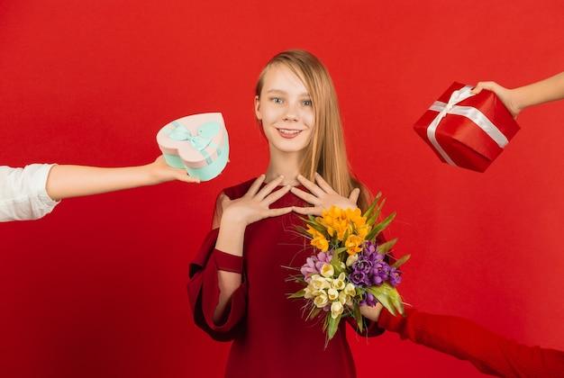 Nastoletnia dziewczyna otrzymująca mnóstwo prezentów