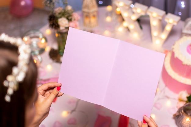 Nastoletnia dziewczyna patrzeje pustą urodzinową kartę