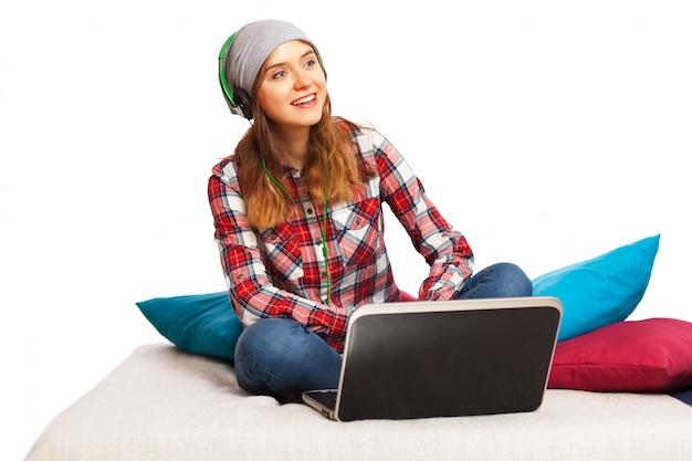 Nastoletnia dziewczyna słucha muzyki