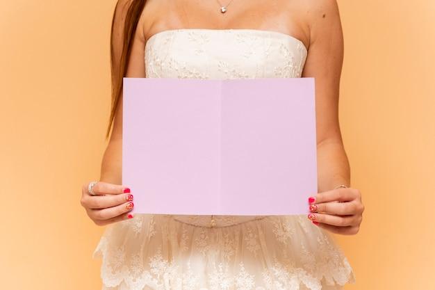 Nastoletnia dziewczyna trzyma pustą kartę