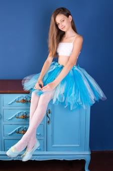 Nastoletnia dziewczyna ubrana w spódniczkę baletową tutu młoda tancerka baleriny