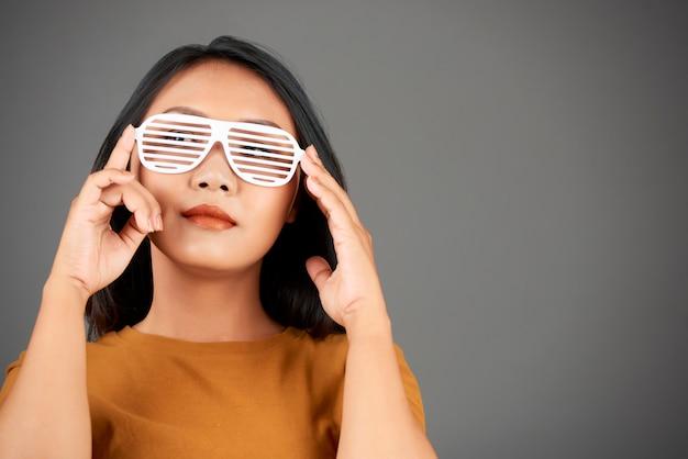 Nastoletnia dziewczyna w okularach migawkowych