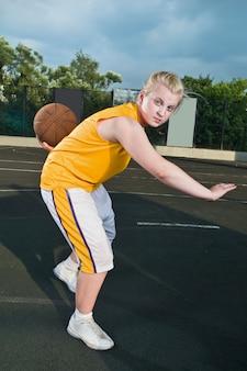 Nastoletnia dziewczyna z koszykówki