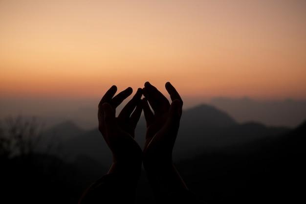 Nastoletnia dziewczyna z modleniem. koncepcja pokoju, nadziei, marzeń.
