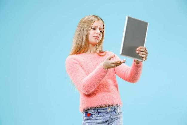 Nastoletnia dziewczyna z tabletem