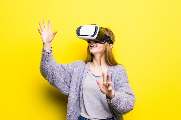 Nastoletnia dziewczyna z zestawem słuchawkowym wirtualnej rzeczywistości