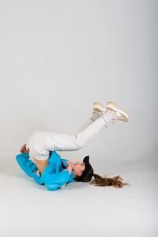 Nastoletnia kobieta tańczy hip-hop w studio, ubranie