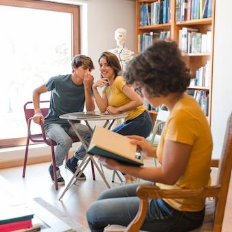 Nastoletnia para plotkuje o kolega z klasy