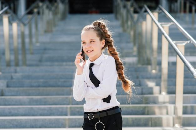 Nastoletnia uczennica rozmawia przez telefon