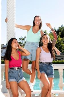 Nastoletnie dziewczyny bawią się latem