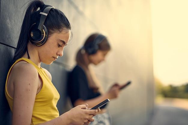 Nastoletnie dziewczyny słuchające muzyki poza instytutem