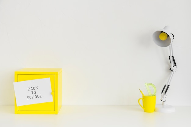 Nastoletnie miejsce pracy w kolorze białym i żółtym