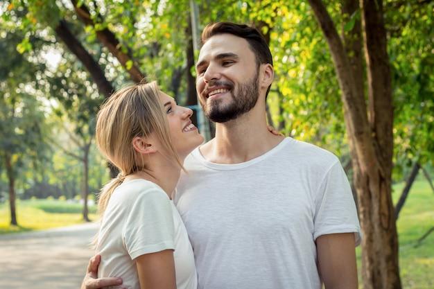 Nastoletnie pary okazują sobie miłość w parku. młoda para w parku.