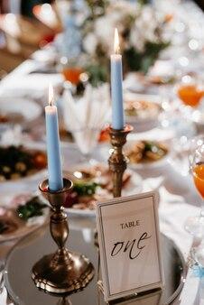 Nastrojowy wystrój świec z żywym ogniem na stole bankietowym