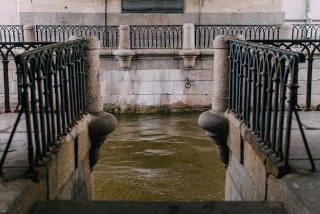 Nasyp granitowy z balustradami żeliwnymi. rzeka