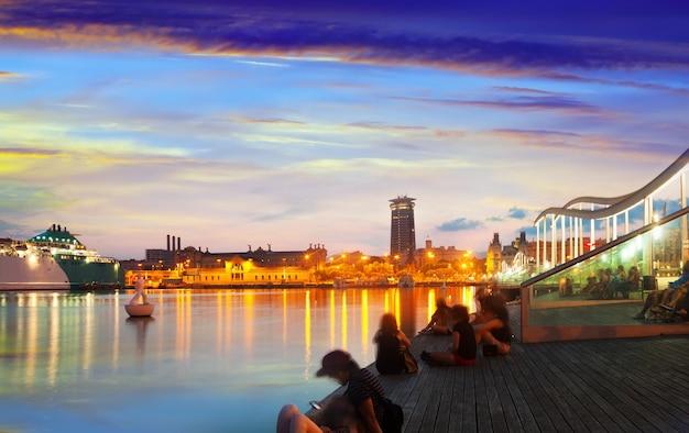 Nasyp z port vell w zachodzie słońca. barcelona