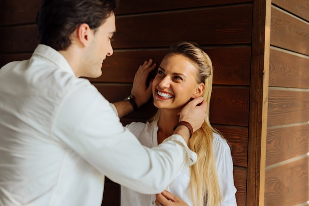 Nasz dzien. zachwycona wesoła kobieta patrząc na swojego chłopaka, uśmiechając się do niego