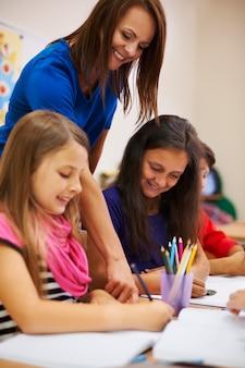 Nasz nauczyciel jest zawsze bardzo pomocny