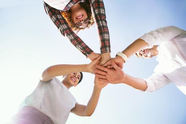 Nasze szczęście. zaalarmuj młodych kolegów uśmiechających się i trzymających się za ręce