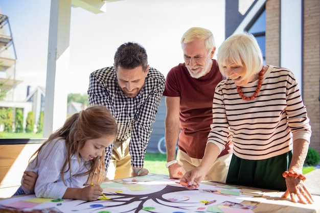 Nasze zadanie. zadowolona starsza kobieta utrzymująca uśmiech na twarzy podczas komunikowania się z wnuczką