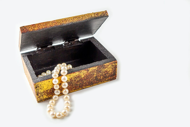 Naszyjnik z pereł, koraliki w antycznej metalowej szkatułce w stylu vintage