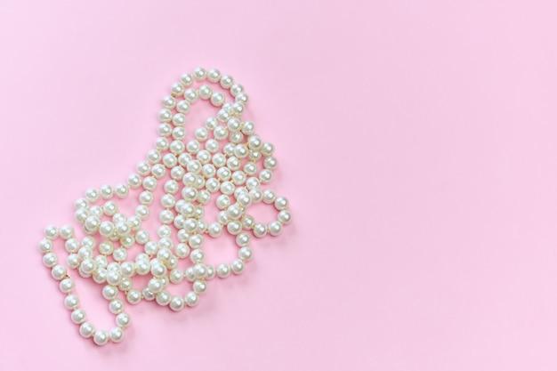 Naszyjnik z pereł na różowej powierzchni