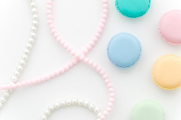 Naszyjnik z pereł z widokiem z góry z macarons