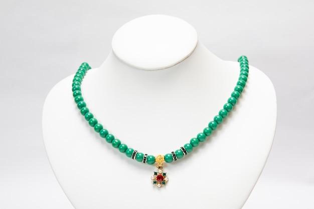 Naszyjnik z zielonymi szmaragdowymi kamieniami.