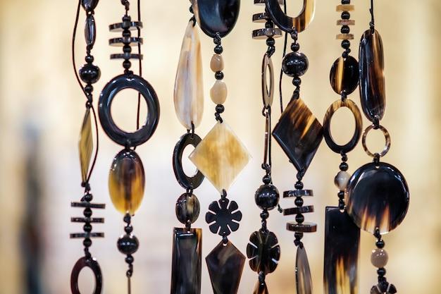 Naszyjniki wiszące w sklepie na rynku ulicznym