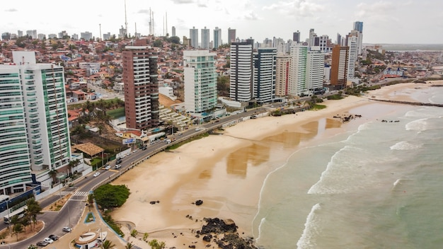 Natal, rio grande do norte, brazylia - 12 marca 2021: piękne zdjęcie lotnicze miasta natal, rio grande do norte, brazylia.
