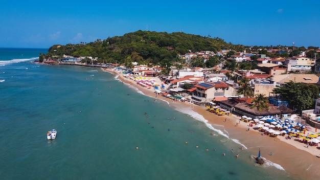 Natal, rio grande do norte, brazylia – 12 marca 2021: plaża pipa w rio grande do norte