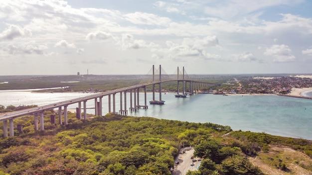 Natal, rio grande do norte, brazylia - 12 marca 2021: zdjęcie mostu newton navarro miasta natal, rn.