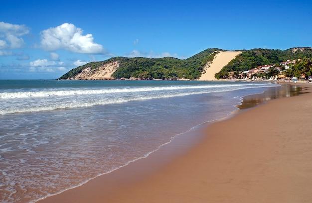 Natal, rio grande do norte, brazylia. plaża ponta negra i morro do careca.