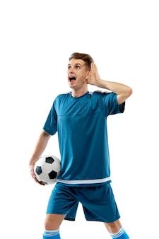 Natchniony. śmieszne emocje profesjonalnego piłkarza na białym tle na tle białego studia. ekscytacja w grze, ludzkie emocje, wyraz twarzy i pasja z koncepcją sportu.