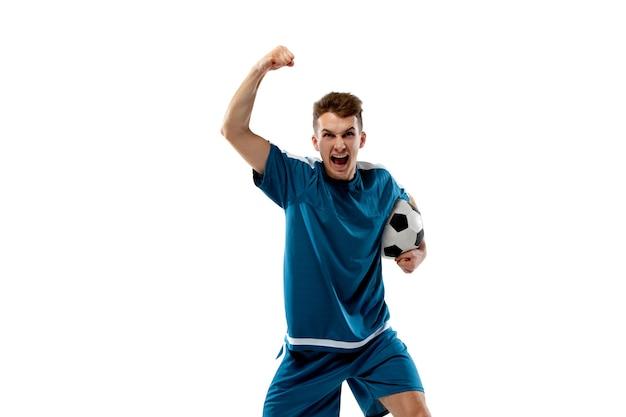 Natchniony. śmieszne emocje profesjonalnego piłkarza na białym tle na tle białego studia. podniecenie w grze, ludzkie emocje, wyraz twarzy i pasja z koncepcją sportową.