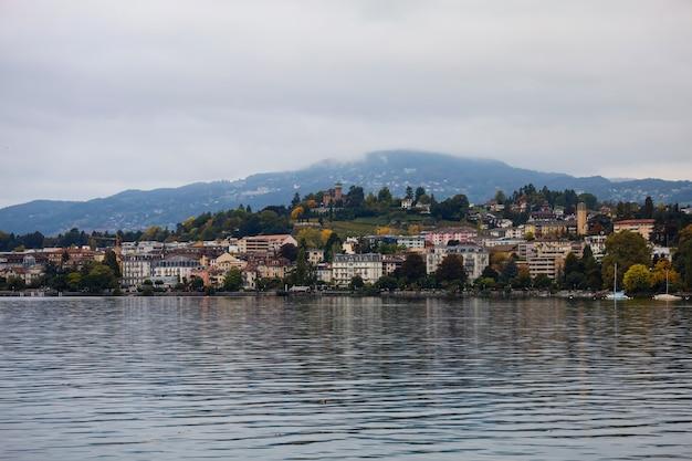 Natura jezioro pejzaż miejski i widok na jeziornym genewa w montreux, szwajcaria
