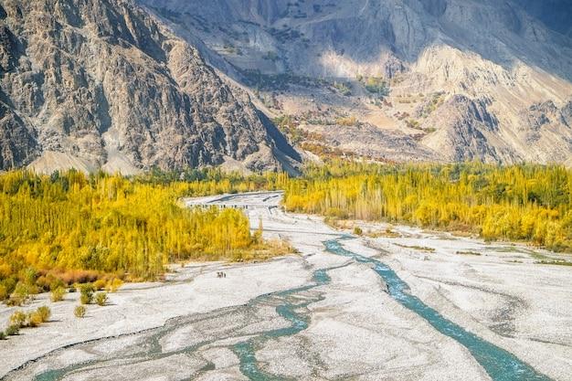 Natura krajobraz skardu w jesieni. gilgit baltistan, pakistan.