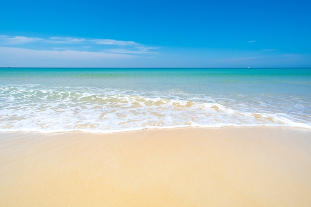 Natura krajobraz widok pięknej tropikalnej plaży i morza w słoneczny dzień przestrzeń morza na plaży