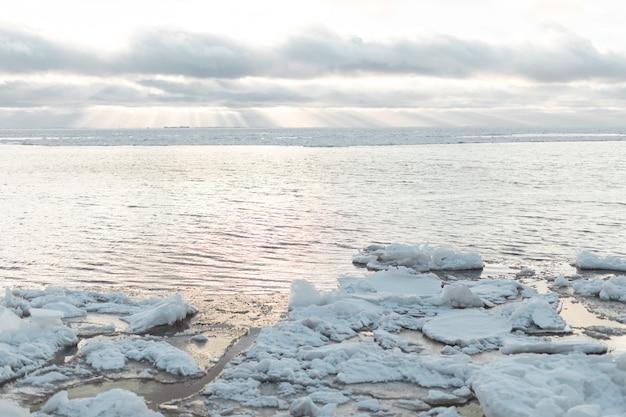Natura na świeżym powietrzu w zimny słoneczny dzień. zbliżenie powierzchni struktury naturalnej rzeki oblodzonej.