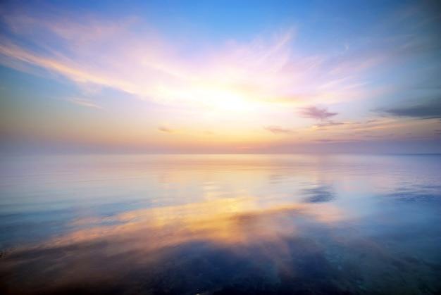 Natura niebo backgound na brzegu morza wieczorem