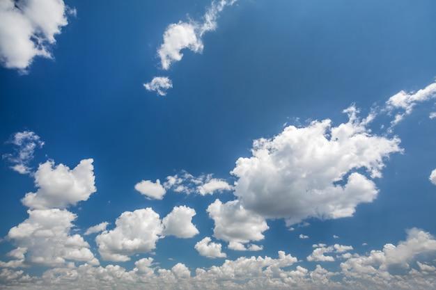 Natura tło białych chmur nad błękitnym niebem