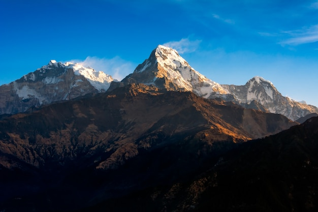 Natura widok himalajski pasmo górskie przy poon wzgórza widoku punktem, nepal.