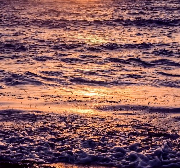 Natura zmierzch i koncepcja wakacji na plaży w stylu vintage letni zachód słońca na wybrzeżu morza śródziemnego...